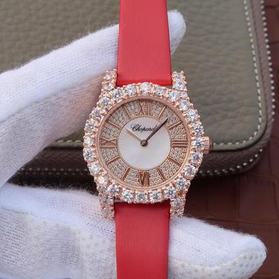 MC萧邦钻石系列139419-5001女士手表高级腕表!镶嵌进口施华洛世奇钻,与原装钻石几乎同样光泽,瑞士朗达石英机芯。顶级CNC打磨表壳,手工镶嵌钻,处处彰显原装气质,绢丝表带,密底