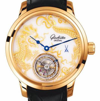R8格拉苏蒂原创梅森陀飞轮龙表。作为德国至高工艺代表以高质感的材质去衬托中国传统龙的传神,相得益彰。正值端午节之际,是在中华古代文化乃至世界艺术中长期发光发热,男士手表,皮表带,自动机械机芯,透底